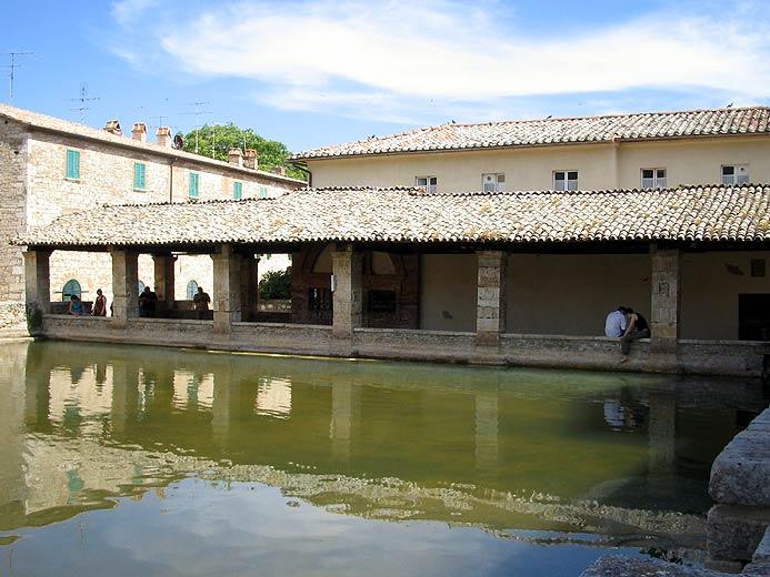 http://www.designity.net/foto/tuscany/bagno-vignoni/bagno-vignoni-portici.jpg